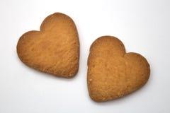 Twee koekjes in de vorm van harten - symbool van liefde Stock Afbeelding