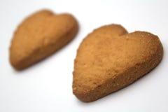 Twee koekjes in de vorm van harten - symbool van liefde Stock Foto's