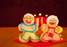 Twee koekjes die van Kerstmis handen houden Stock Afbeelding