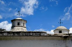 Twee koepels van een oude bouw en een blauwe hemel in Antigua Guatemala stock afbeelding