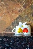 Twee koffiekoppen met een Bloem Stock Afbeeldingen