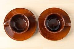 Twee koffiekoppen met schotels Stock Fotografie