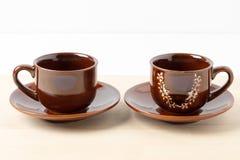 Twee koffiekoppen met schotels Stock Foto