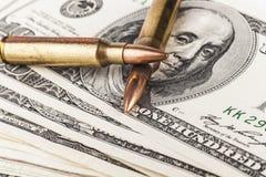 Twee Kogels op Dollars Stock Foto