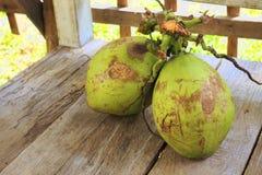 Twee kokosnoten op houten vloer Stock Afbeeldingen