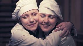 Twee kokvrouwen die pret in een keuken hebben stock video
