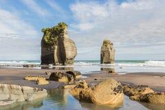 Twee kolomrotsen op een eenzaam strand Stock Foto