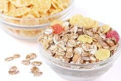 Twee kommen met muesli en cornflakes voor ontbijt Stock Foto