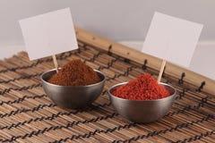 Twee kommen van kruiden met prijsstickers Stock Foto