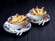 Twee kommen van tempura udong noedels stock afbeeldingen