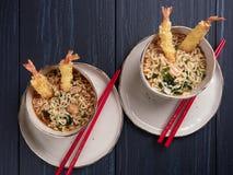 Twee kommen van tempura udong noedels stock foto's