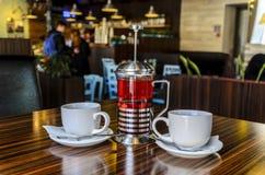 Twee kop thee?n en heerlijke bessenthee van verse bessen, voor een prettige avondrust van twee vrienden, het binnenland stock fotografie