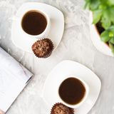 Twee kop van espresso met chocoladesnoepjes in koffie Voor paar DA royalty-vrije stock afbeelding