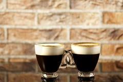 Twee kop van met elkaar verbonden koffie en room royalty-vrije stock foto