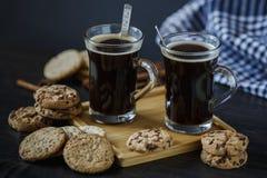 Twee koppen koffie en chocolade en havermeelkoekjes royalty-vrije stock fotografie