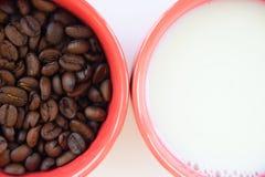 Twee koppen met koffie en melk Stock Fotografie