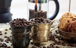 Twee koppen met koffiebonen Stock Foto's