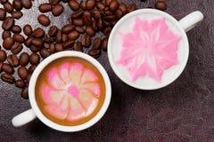 Twee koppen mooie cappuccino's van de koffiekunst Royalty-vrije Stock Foto's