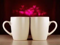 Twee koppen op donkere achtergrond met bokeh Royalty-vrije Stock Afbeelding