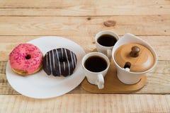 Twee koppen van de doughnutdoughnut van koffiecherry chocolate stock fotografie