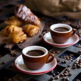 Twee koppen van espresso met Italiaans traditioneel baksel Royalty-vrije Stock Afbeelding