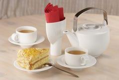 Twee koppen van groene thee en stuk van citroenpastei Stock Fotografie