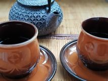 Twee koppen van het verfrissen van thee met een ketel stock foto