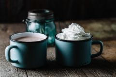 Twee koppen van hete cacao op rustieke houten oppervlakte Royalty-vrije Stock Foto