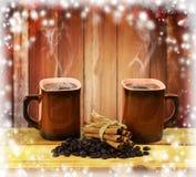 Twee koppen van hete koffie met kaneel op houten lijst Stock Afbeeldingen