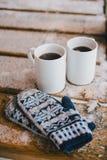 Twee koppen van hete thee op de houten lijst in een koud sneeuwweer Stock Foto