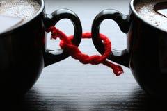 Twee koppen van koffie brachten rode draad met elkaar in verband Royalty-vrije Stock Fotografie