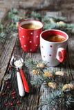 Twee koppen van koffie in de decoratie van het Nieuwjaar Stock Afbeeldingen