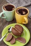 Twee koppen van koffie en chocolade Royalty-vrije Stock Foto's