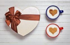 Twee koppen van koffie met het symbool van de hartvorm en giftdoos Stock Afbeeldingen