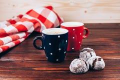 Twee koppen van koffie met koekjes royalty-vrije stock afbeelding