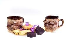 Twee koppen van koffie met koekjes - dessert voor de Dag van Valentine ` s ter ere van de Dag van Valentine ` s Stock Afbeeldingen