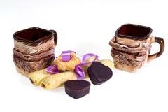 Twee koppen van koffie met koekjes - dessert voor de Dag van Valentine ` s ter ere van de Dag van Valentine ` s Stock Afbeelding