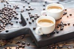 Twee koppen van koffie met koffiebonen Royalty-vrije Stock Foto's