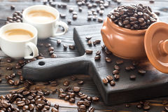 Twee koppen van koffie met koffiebonen Stock Afbeeldingen