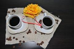 Twee koppen van koffie met koffiebonen en hart Stock Fotografie