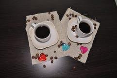 Twee koppen van koffie met koffiebonen en hart Royalty-vrije Stock Afbeeldingen