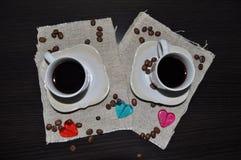 Twee koppen van koffie met koffiebonen en hart Stock Afbeelding