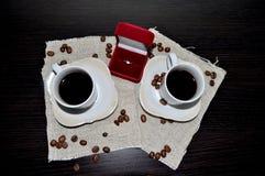 Twee koppen van koffie met koffiebonen en hart Stock Foto