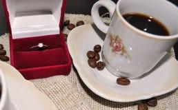 Twee koppen van koffie met koffiebonen en hart Royalty-vrije Stock Fotografie