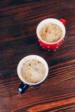 Twee koppen van koffie met schuim stock foto's