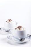 Twee koppen van koffie met slagroom en chocoladedecoratie Royalty-vrije Stock Afbeelding