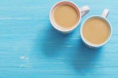 Twee koppen van koffie op blauwe houten achtergrond Stock Foto