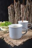 Twee koppen van koffie op de houten achtergrond Stock Foto