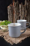 Twee koppen van koffie op de houten achtergrond Stock Afbeelding