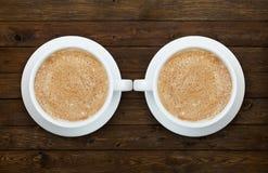 Twee koppen van koffie op de houten lijst Stock Foto's